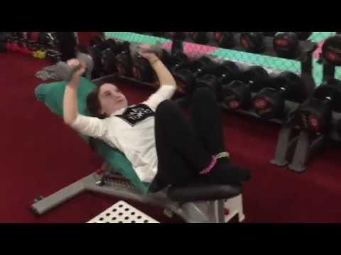 Les exercices pour prokatchki des muscles pectoraux par les haltères