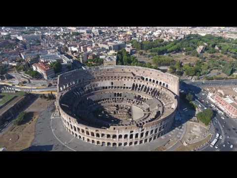 Drone Sobrevoando o Coliseu em Roma