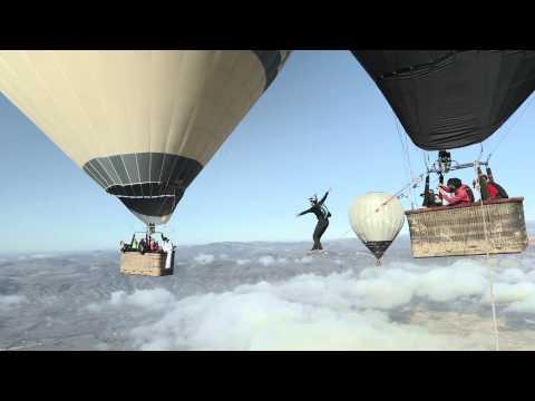 hqdefault - Pasando de globo a globo por la cuerda floja