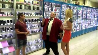 Стас Барецкий устроил погром в московском магазине электроники, разбив IPhone и планшет