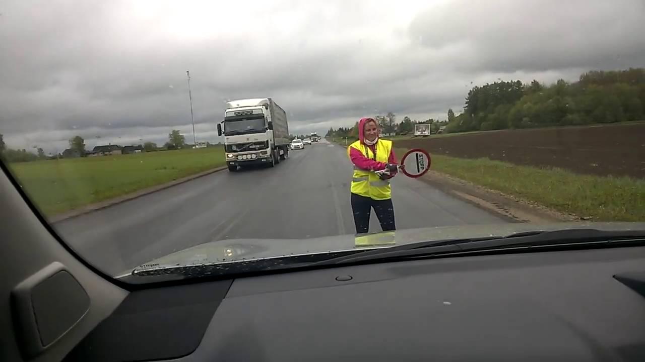 Танцующая эстонская регулировщица на Тартуском шоссе