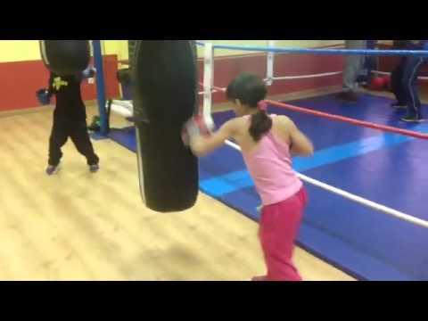 Boxeo Infantil golpeando al saco Leila