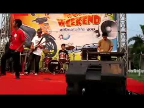 Julious band Menunggumu kembali Live