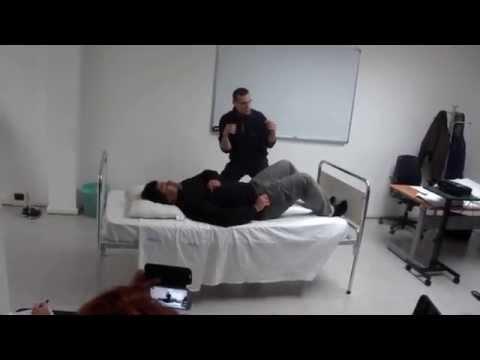 Movimentazione dei pazienti - spostamento verso la testata letto (2 operatori)