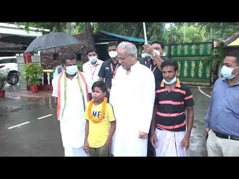 मुख्यमंत्री श्री भूपेश बघेल से नन्हें सुकमा जिले के गायक सहदेव दिरदो ने मुलाकात की : 27-07-2020