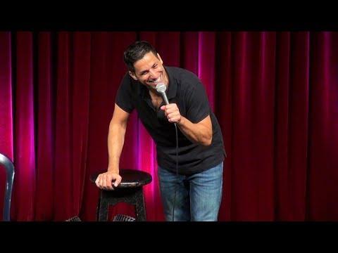 במופע הפרוע הזה שחר חסון יספר לכם למה זה כל כך מצחיק להזדקן