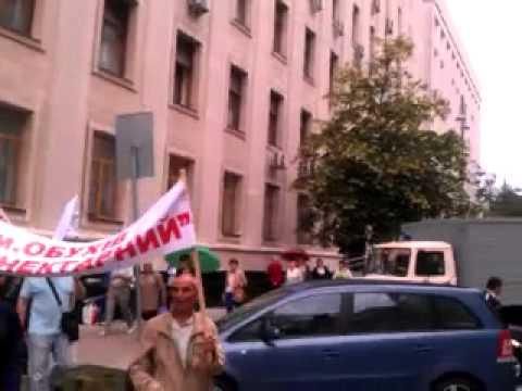 Пострадавшие инвесторы провели акцию протеста под окнами у президента (видео)