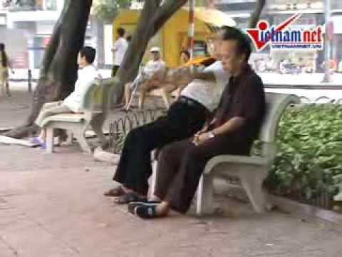 Tập thể dục ở Hà Nội. Cẩn thận té ghế