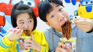 보람이랑 또치랑 뽀로로 짜장면 먹고 숨바꼭질 놀이도 해요 Boram and Ddochi Pororo Black Noodle