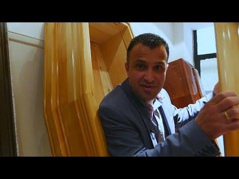 العرب اليوم - شاهد :مُرشح يوناني يبدأ حملته الانتخابية وهو يخرج من