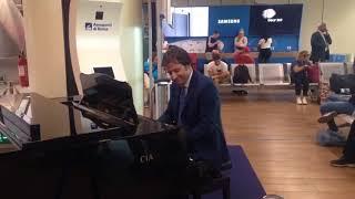 Da 'Per Elisa' a 'Despacito', avvocato barese al pianoforte incanta l'aeroporto di Fiumicino – IL VIDEO