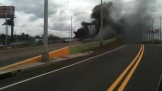 preview picture of video 'Carro en fuego antes del peaje de bayamón'