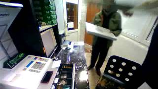 Посмотрите на очень техничную кражу денег в магазине!