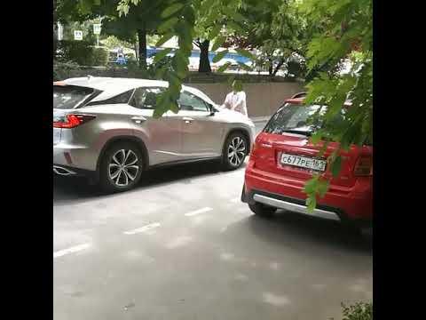 Буйный товарищ бросается на автомобили и людей