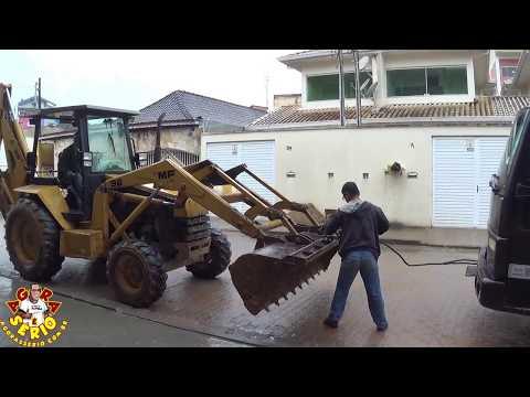 Retroescavadeira da Prefeitura de Juquitiba para o serviço diário para socorrer caminhoneiro que caiu no buraco de obra inacabada da Sabesp de Juquitiba