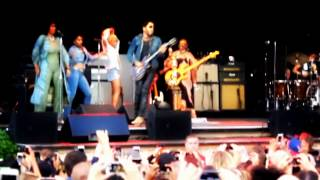 Lenny Kravitz gives more of a show than...