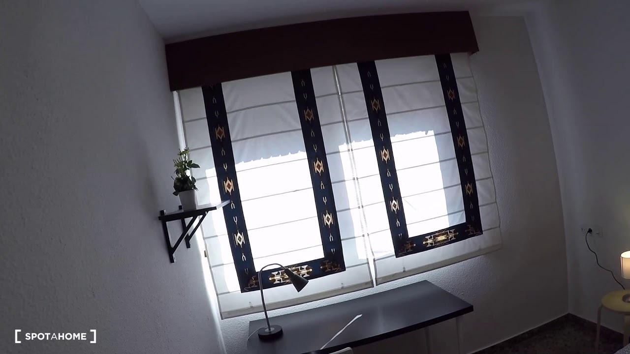 Big room with window with street view in 4-bedroom apartment, El Pla del Real