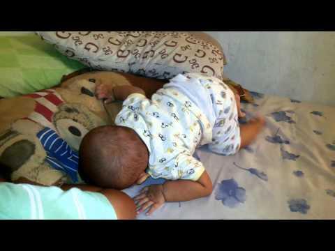 Video Bayi menangis manja