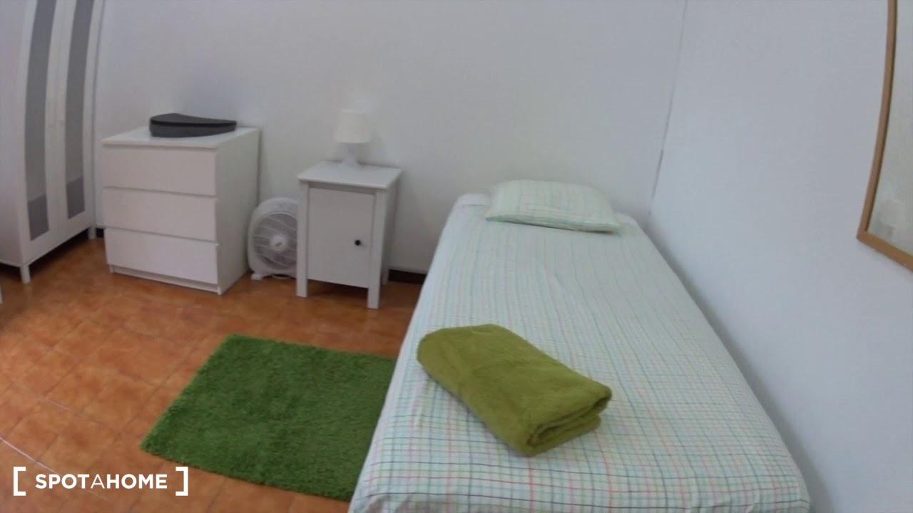 Rooms for rent in 6-bedroom apartment in Eixample Esquerra