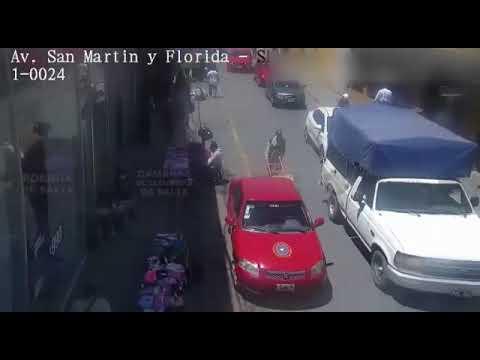 Video: Huyó con la cartera que había robado, lo persiguieron y fue detenido