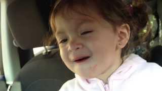 Colocam uma música de Adele e o que esta garotinha faz é incrível