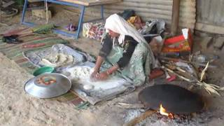 preview picture of video 'Bedouin bread making'