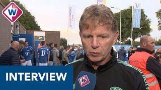 ADO-trainer Fons Groenendijk overlegt met spelers over speelwijze