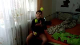 Кирилл жонглирует 3 мячиками