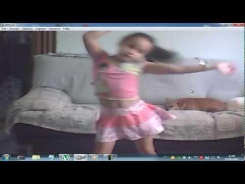 menina dançando kuduro..