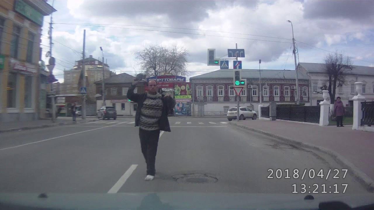 Вооруженный кроссовкой неадекватный мужчина на дороге в Рязани