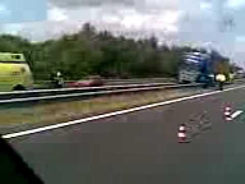Vrachtwagen in vangrail op A73 bij Cuijk