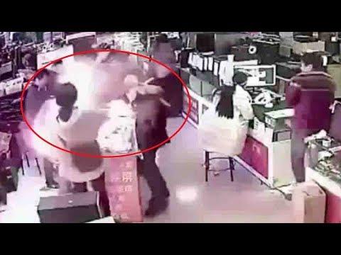 В китайском магазине взорвался iPhone, когда покупатель пытался проверить батарею на зуб