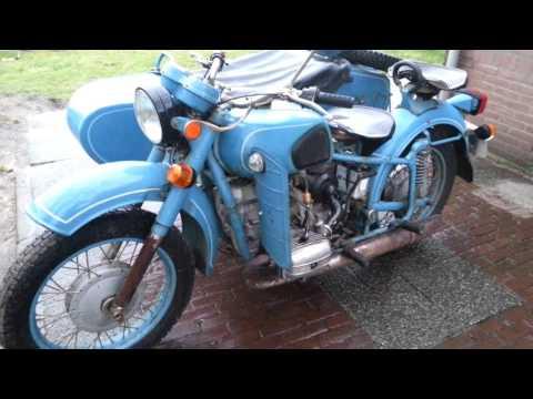 Die Ablass des Benzins vom Motorrad