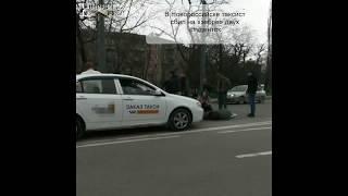 """В Новороссийске таксист сбил на """"зебре"""" двух студенток"""