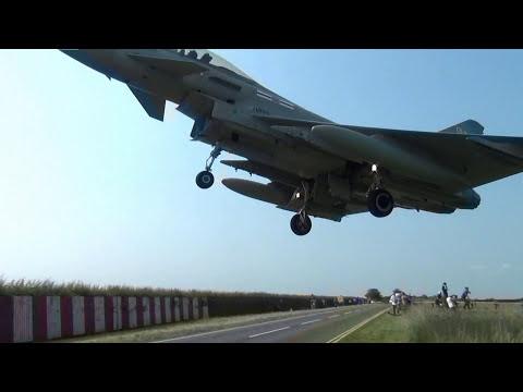 Un caza Typhoon Jet sobrevolando las cabezas de los curiosos