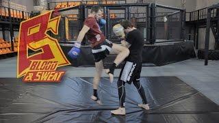Смотреть онлайн Техника удара коленом в тайском боксе в прыжке