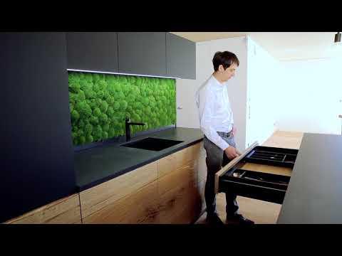 Küchenzeile mit automatisch bewegbarer Arbeitsfläche