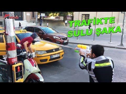 Trafikte Motorculara Sulu Şaka   Gelen İlginç Tepkiler   Islak Kışkırtma
