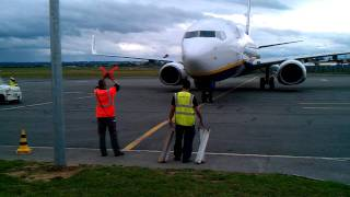 preview picture of video 'Arrivé Ryanair à l'aéroport de Paris Beauvais 737-800'