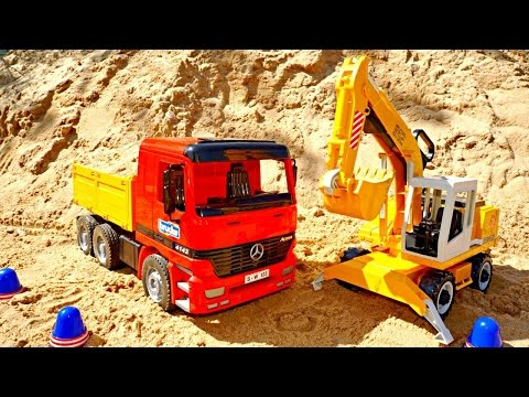 Spielzeugautos - Spielspaß im Sand - Der Kipplaster und der Bagger bei der Arbeit