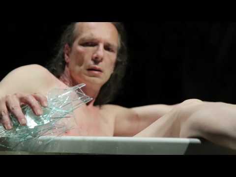 男子裸身「泡碎玻璃浴」長達一小時,起身之後讓所有觀眾