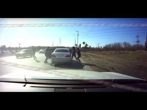 Бандиты напали на Mercedes, стоящий перед светофором в Капотне