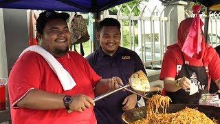 Abam cari duit raya lebih, berniaga 'mi kejung' di bazar Ramadan