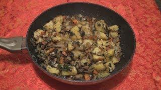 Картофель с грибами и луком.