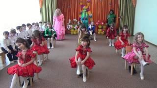 Смотреть онлайн Девочки прикольно танцуют в детском саду