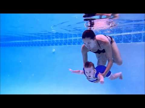 7 Month Old Baby Swimming Underwater!