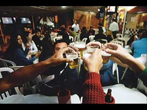 A esposa bebe o marido sofre