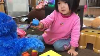 【YukaPica英会話】2歳9ヶ月の娘とパペットを使ってブロックで遊ぶ様子