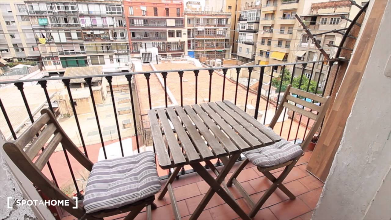 Big room with window with street view in 5-bedroom apartment, Eixample