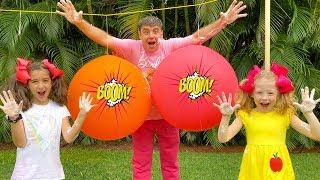 Настя и папа лопают шарики с сюрпризами